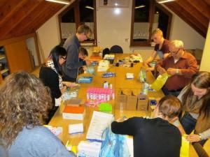 DRK-Helfer beim Verpacken der Betreuungs-Packs von dm